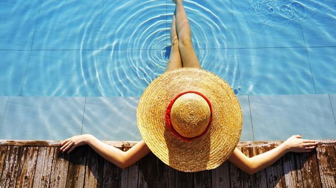 žena u vody - denní kontaktní čočky