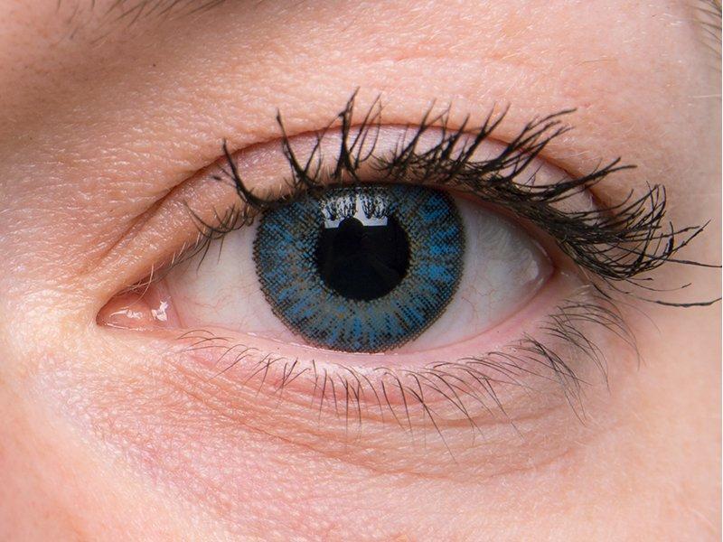 Sapphire blue na šedém oku