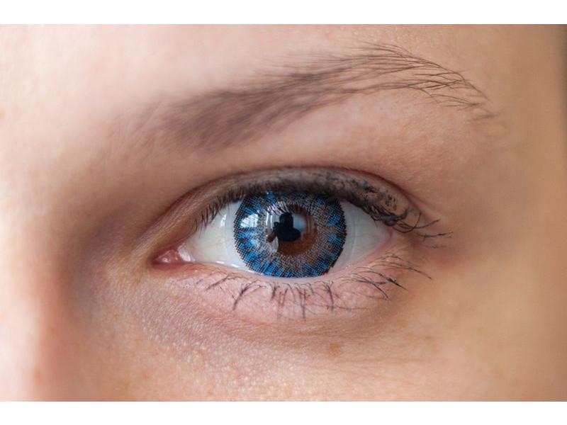 Barva Blue na hnědém oku