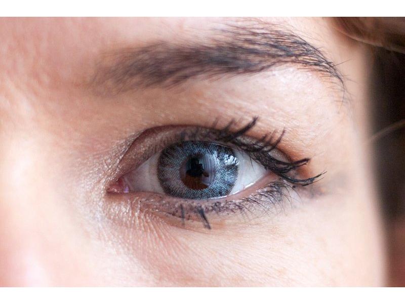 Barva Grey na hnědém oku