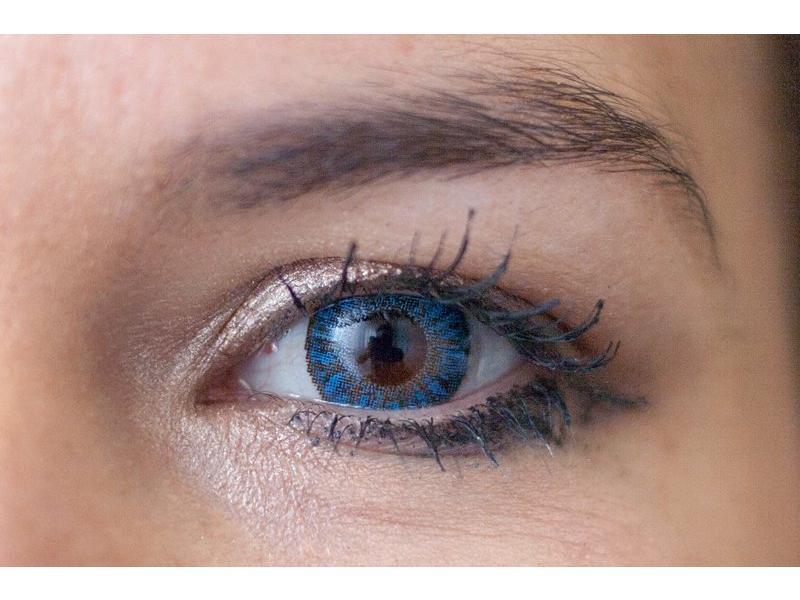 Barva Sapphire blue na hnědém oku